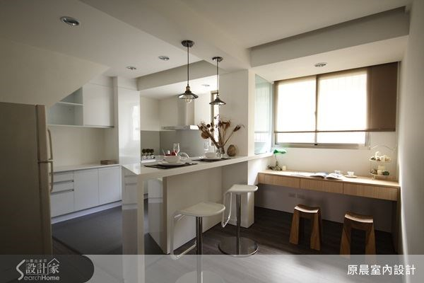設計師將書房、吧台與廚房的動線串聯,不僅符合空間使用的習性,也增加親子互動的貼心設計。