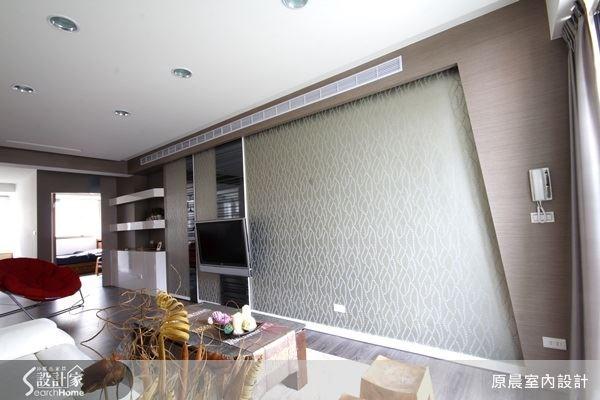 設計師將電視櫃與電視牆整合設計後,空間多了許多留白處,現在的客廳是不是很寬敞呢?