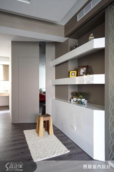 這是展示櫃旁的儲藏室,設計師將門邊上放入直條狀的鏡面設計,不僅是造型的一部分,鏡面的設計也能讓空間更明亮、寬敞。