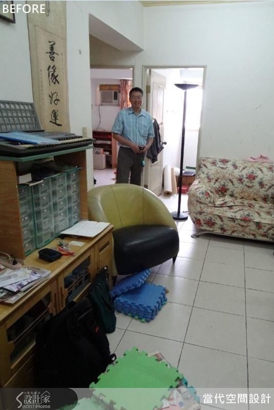 原屋案的電視主牆長度不足,屋主只好將電視櫃放在客廳背牆,而沙發則放在客廳底端,動線上極為尷尬。