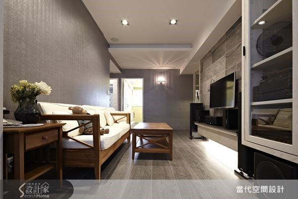 設計師將電視牆面稍作延伸拉長,使之可以完整容納視聽電器,並讓沙發可以回歸客廳背牆的位置,讓客廳空間變得更加完整