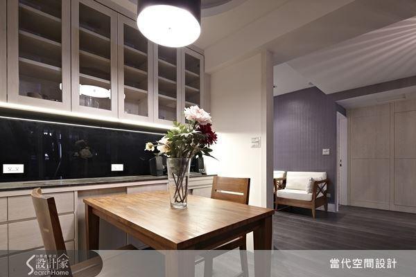 客廳電視牆面延伸之後,後方的餐廳空間也得到較為明確的定位,使格局層次感變得井然有序。
