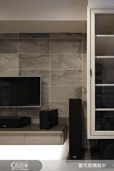 原本毫無特色的白色牆面,于懷晴設計師以紋理清爽的義大利窯變磚賦予美感,完工之後的效果讓屋主十分驚艷!