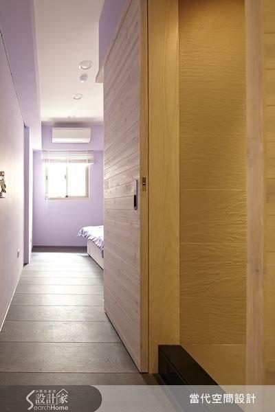 設計師將主臥衛浴門口調整至臥室走道的位置,使原本的牆面得以空出。