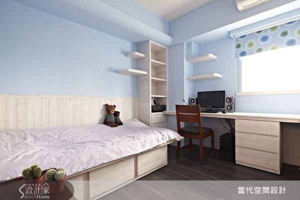 設計師為空間量身打造適合的家具,並且結合柱體位置以及床鋪下方的空間加強收納機能,讓空間中的雜物能夠各就各位。