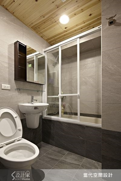 從前後對照圖來看,設計師並沒有更動衛浴設備的位置,但是美感差很多!磚石牆面與木材天花板帶來舒適的自然質感,而乾濕分離設計更讓衛浴空間變得清爽好用。