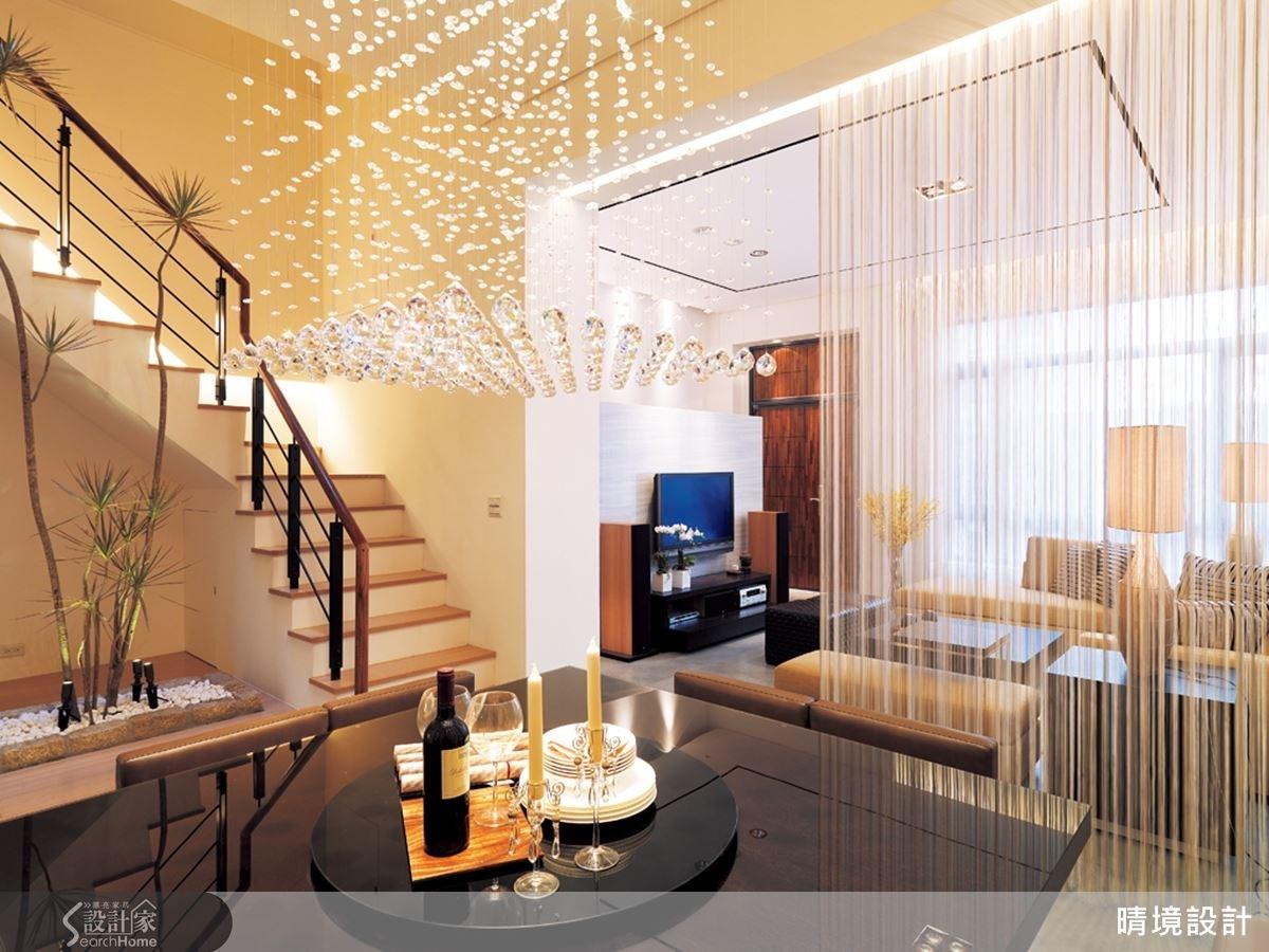 利用屋案本身的樑柱位置區分空間格局,結合垂簾設計打造更豐富的層次美感。