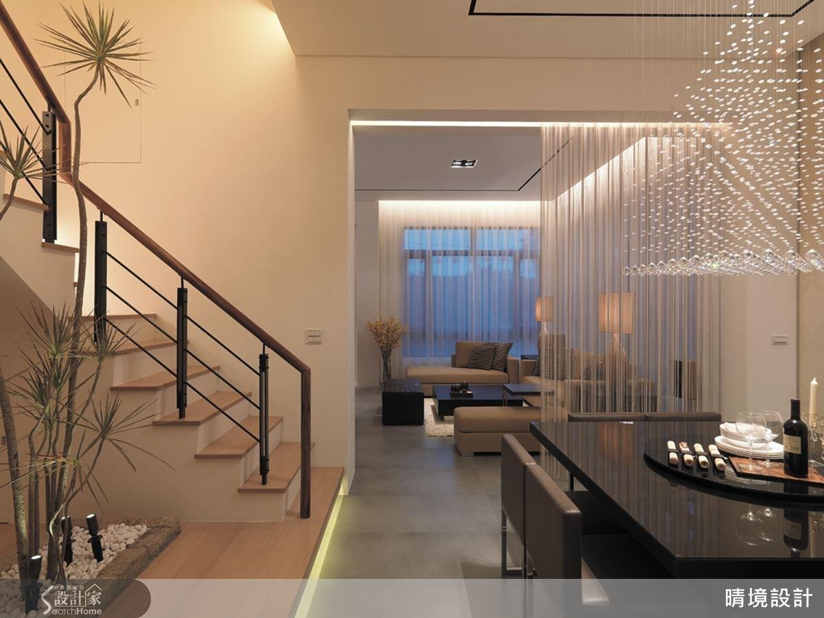除了以大型主燈點亮空間風格,也在天花板甚至架高地板下方加設間接燈光,藉由燈光效果增添氛圍。