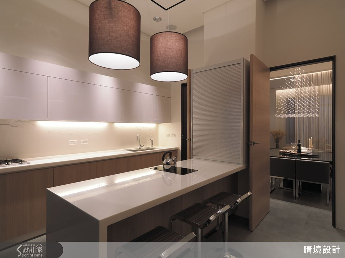 廚房內部以中島概念打造流理台,除了增加料理工作區域之外,同時也可作為輕食吧檯使用。