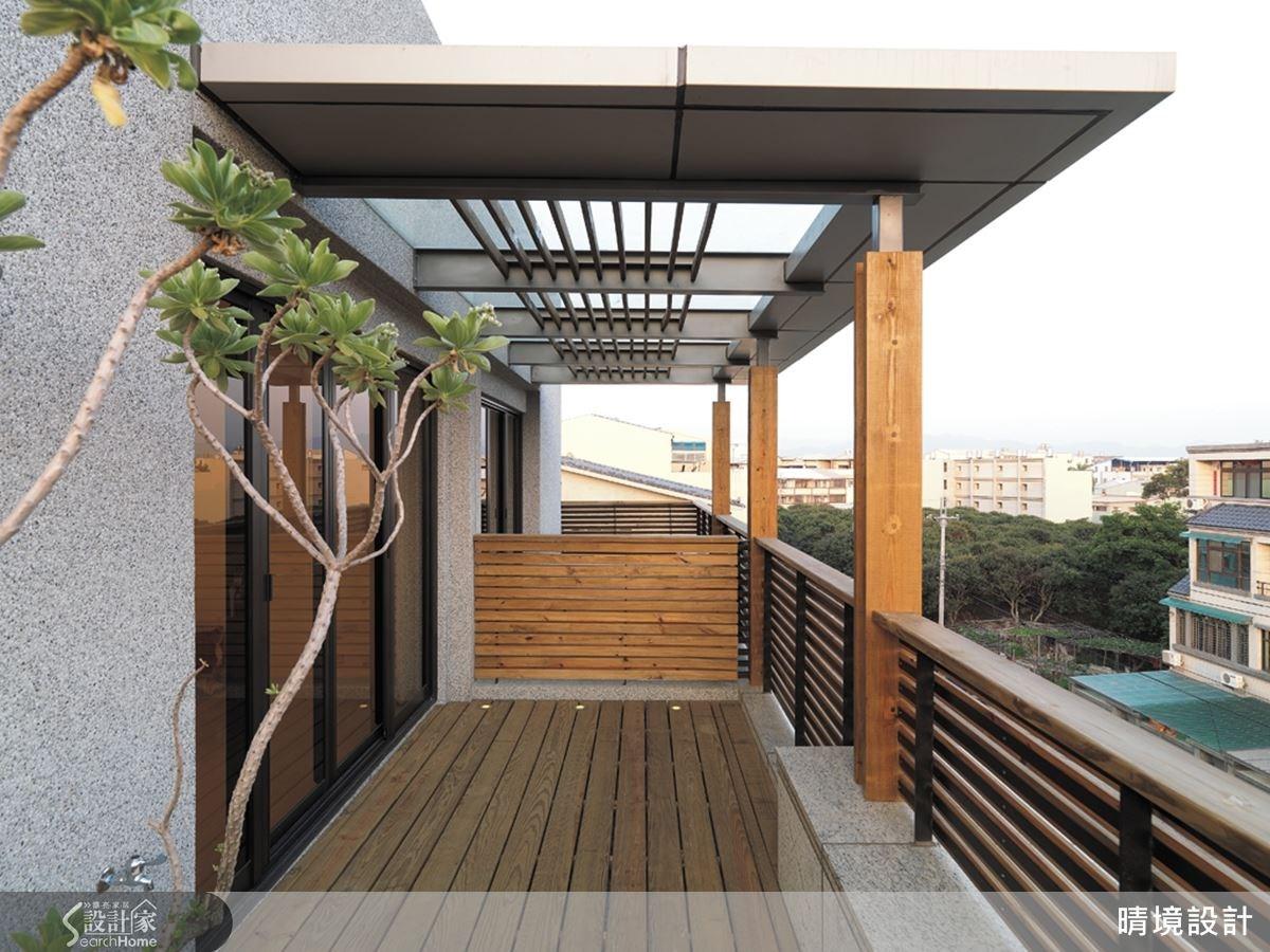 不只是室內空間的風格營造,本案從內部規劃到建築設計與景觀設計,全都是由原平安建築師一手擘劃,讓空間兼具內外之美。以南方松鋪陳的戶外陽台,具有濃厚的休閒質感,不論是泡茶聊天甚至是觀星賞月,都十分合適呢!