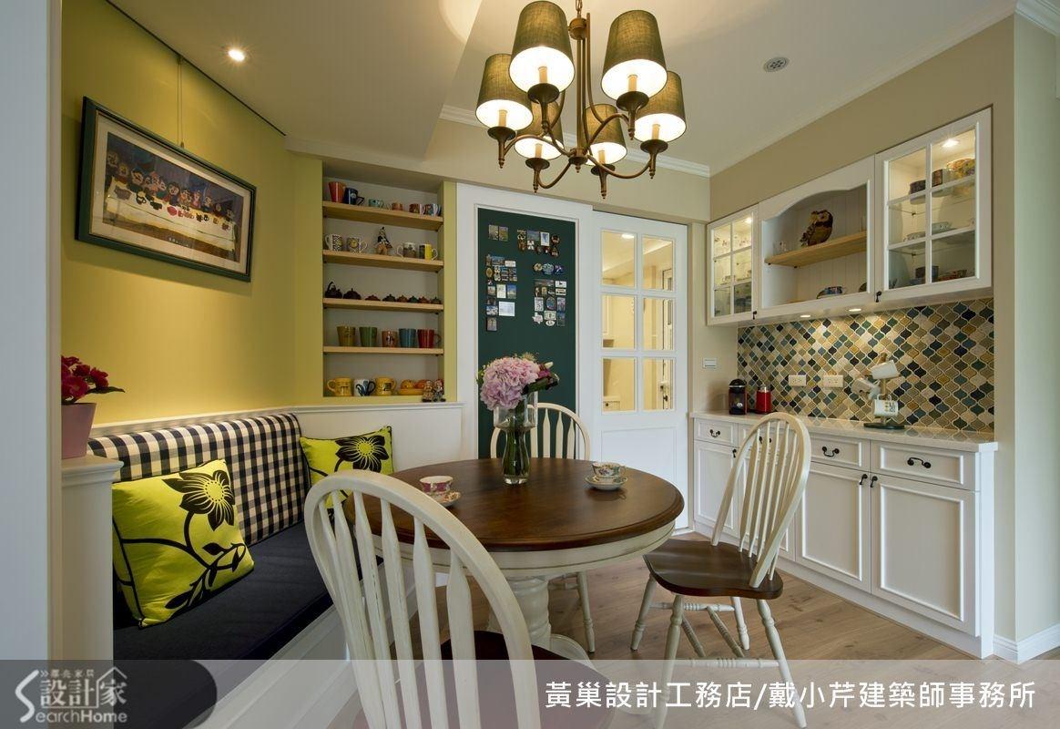 黃、綠、白等多種顏色營造美式餐廳氛圍,櫥櫃中間牆面還以馬賽克跳色處理,整個空間活潑輕鬆。