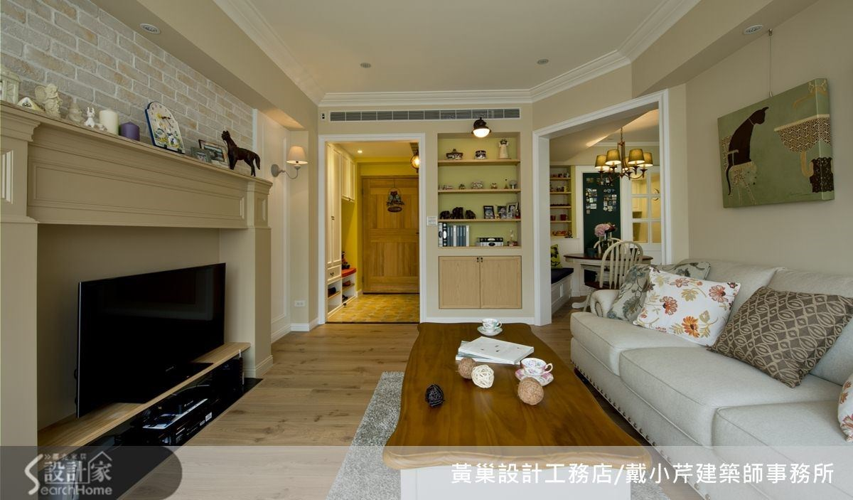 客廳有壁爐、拱門、展示櫃等多種元素,幾何切割成多角形,空間運用更靈活。
