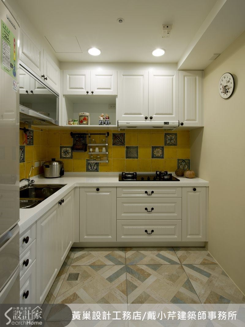 廚房白色的鄉村風櫥櫃配上芥末色亮面瓷磚,優雅中不失樸實。