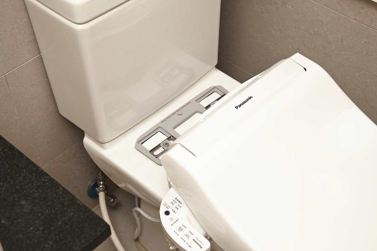 可調整的固定板設計,適用大多數馬桶。