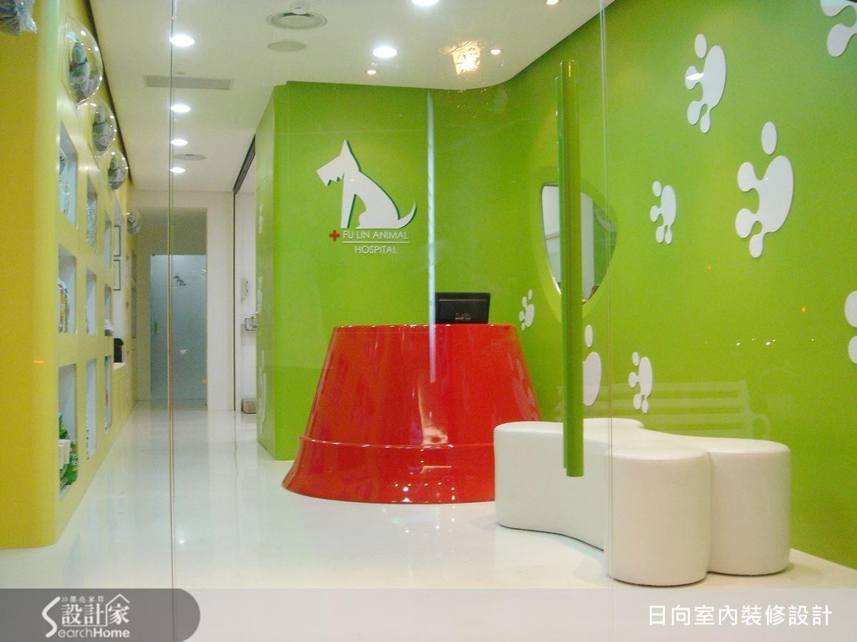 櫃檯是亮眼紅的狗碗設計,診療等候椅則是白色狗骨頭,綠色壁面則是俏皮可愛的狗腳印,巧妙貼合寵物主題,打破一般人對於寵物醫院的刻板印象。