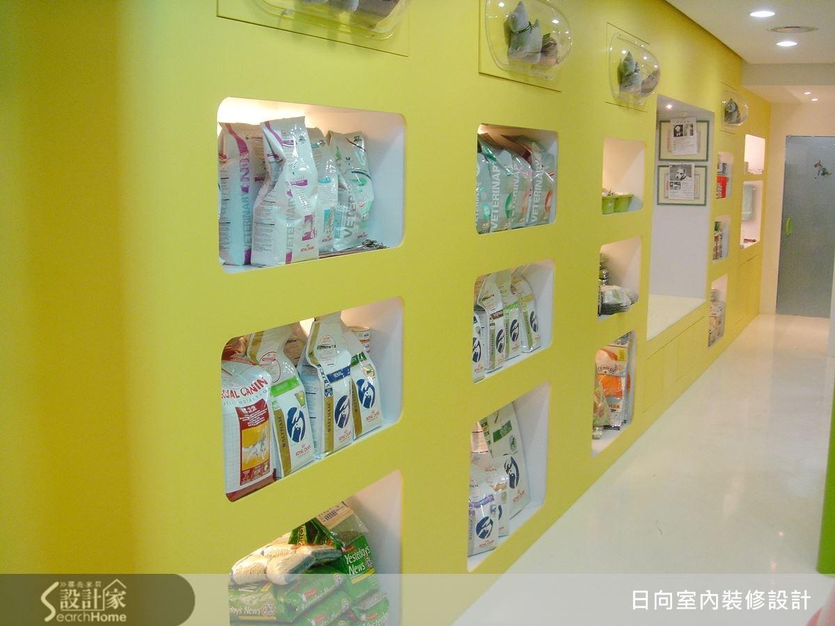 明亮黃的內嵌式收納櫃體,讓商品可以分門別類一一展示,方便顧客購取,展現出簡潔俐落的質感。