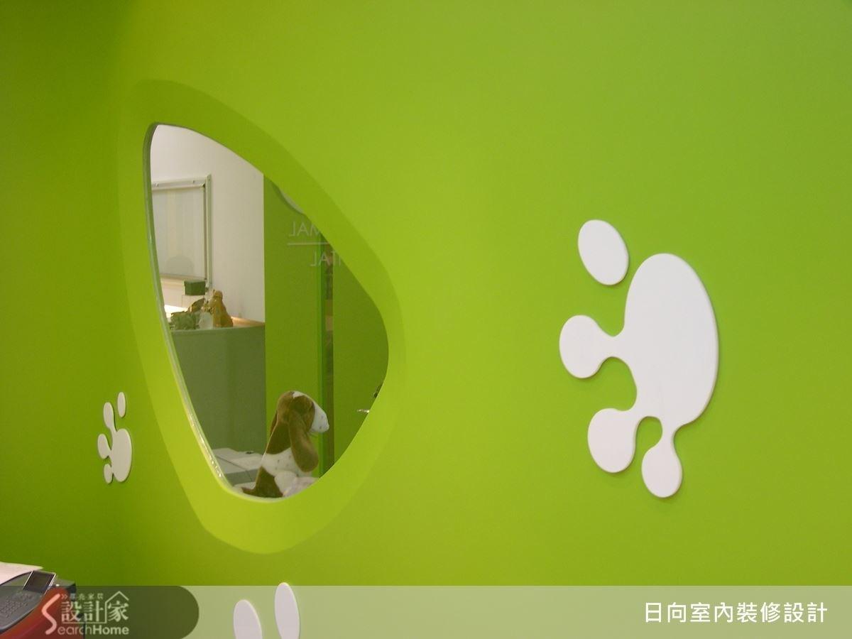在牆面上挖洞的造型設計,使壁面富有變化性,也帶有童趣的質感。