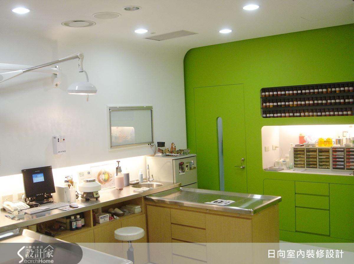 將其中一個牆面也刷上青草綠,呼應空間設計的主軸概念,讓主題更具有延伸感,鮮嫩的色調,也讓視覺具有舒緩的療癒效果。