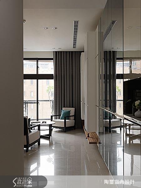玄關空間以整面灰鏡打造收納櫃門,除了有放大空間的效果之外,整面鏡牆的設計也是舞台、藝廊或美術館常見的設計,能在居家空間中引起似曾相識的奇異感受。