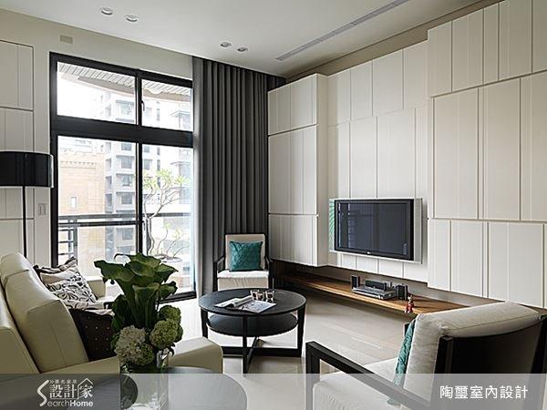 電視牆面以白色為基礎,運用溝縫與門片寬窄變化勾勒結構美感,為空間帶來一種富含韻律的造型感。