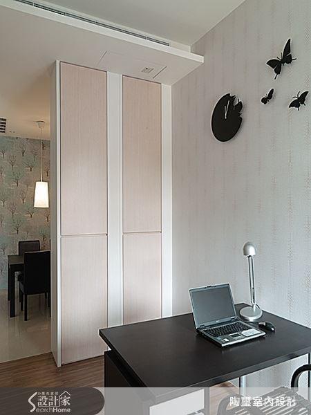 書房牆面所使用的掛鐘則表現了細膩的創意巧思,黑色蝶影在純白的牆面上翩飛旋舞,為靜謐的閱讀空間帶來一種動態美感。