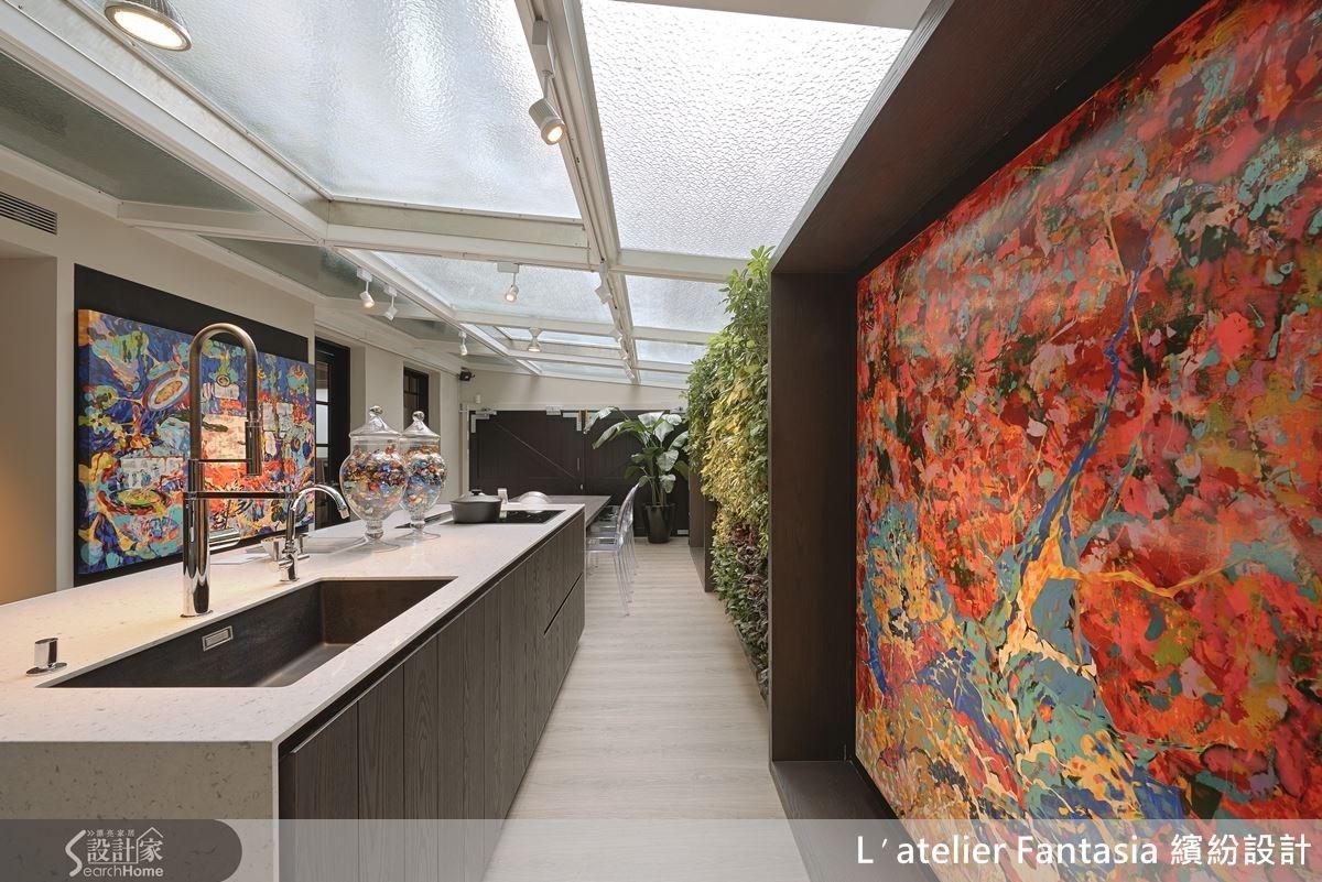 開放式中島餐廚區有天光、畫作及綠意,可以讓員工好好放鬆。