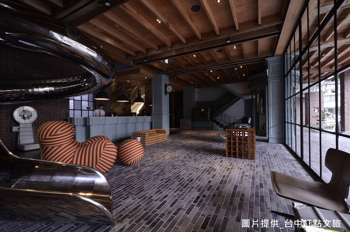 走進大廳,地板採用青磚鋪陳,採二次還原燒手法,營造彷彿少林寺地板的陳舊痕跡,呈現磚塊色彩深淺不一的美感。
