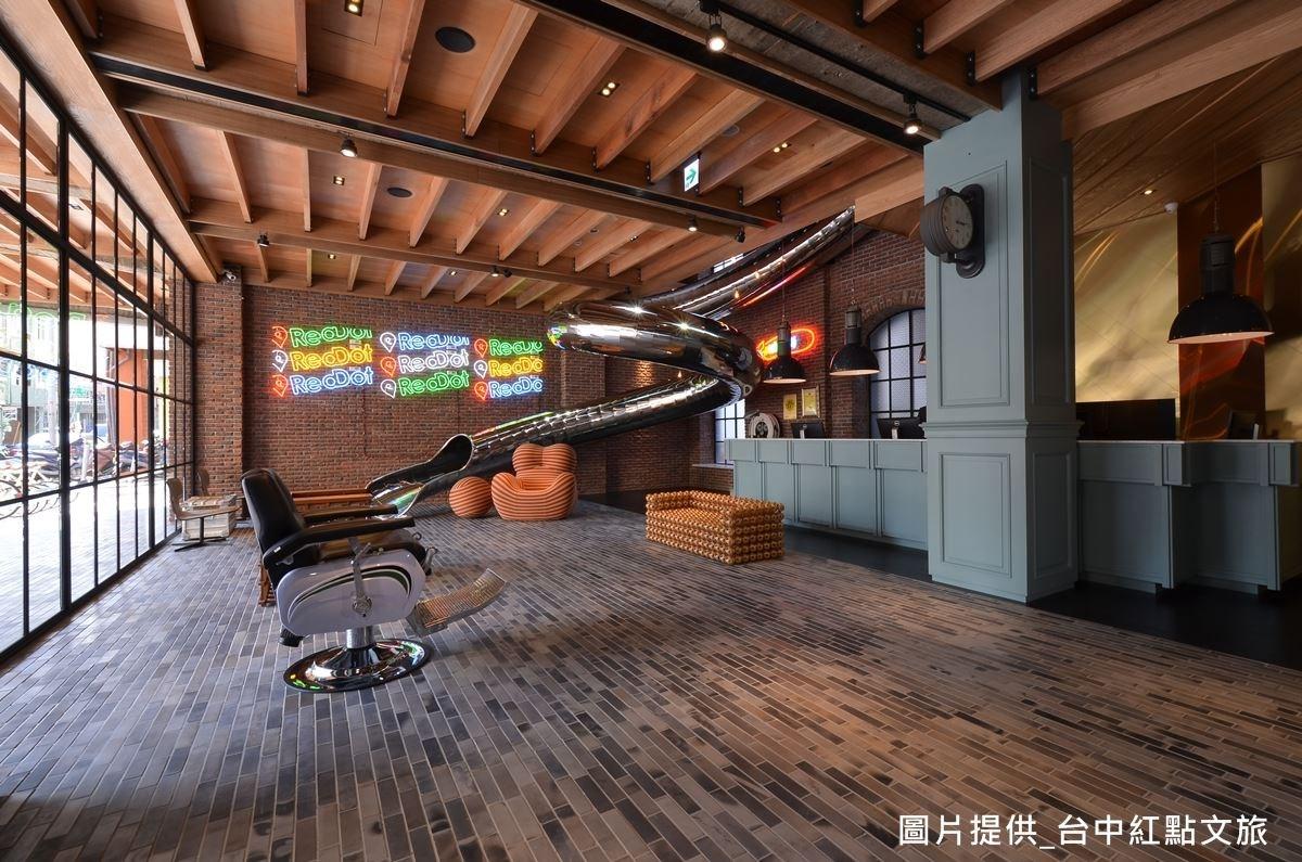 大廳將溜滑梯變成公共藝術品,不只做為觀賞之用,也可真正使用,替來訪客人帶來歡樂笑聲。