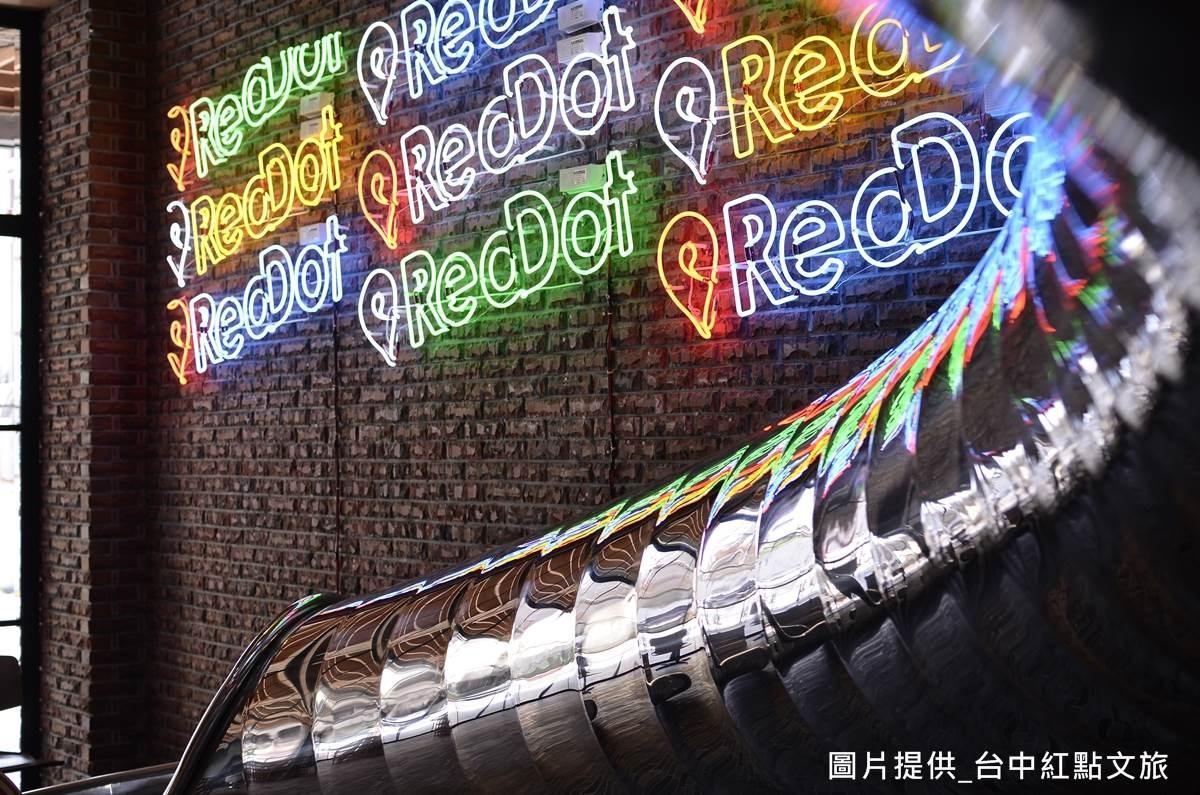 並以火頭磚為牆面材質,每塊磚頭皆呈現獨特色彩,搭配燈光光影與不鏽鋼的反射,呈現豐富的視覺體驗!