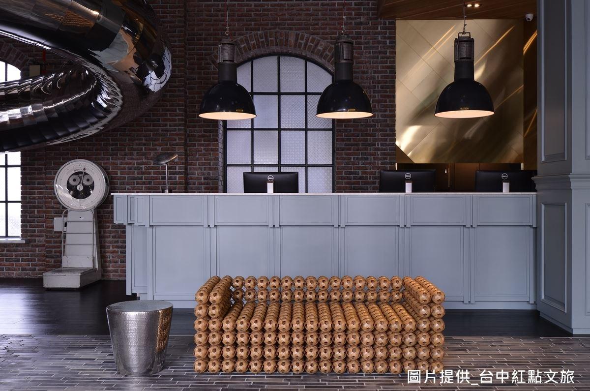 建築設計師吳宗穎特別收集老樣式的工業風燈飾,作為空間美感裝飾,燈飾高度還可上下調節,讓空間明亮度更彈性。