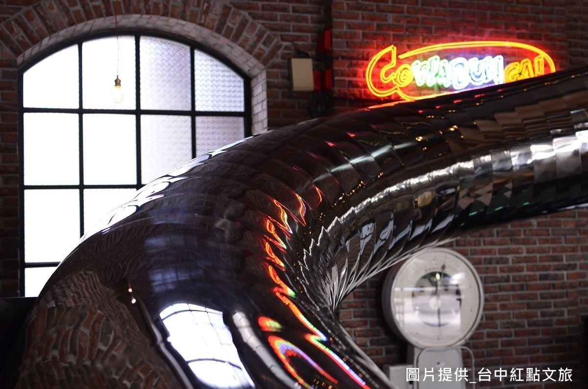 窗戶材質為海棠花玻璃,如今此玻璃製造技術已逐漸失傳,空間中的窗戶材質為建築設計師吳宗穎收集1年得來的心血。