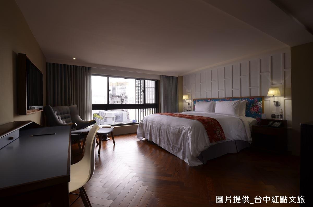 地坪為人字拼木地板,床頭則為台灣花布,吳宗穎將印象中的古樸材質重新組合,做出新穎設計,勾起居住者的美好回憶。