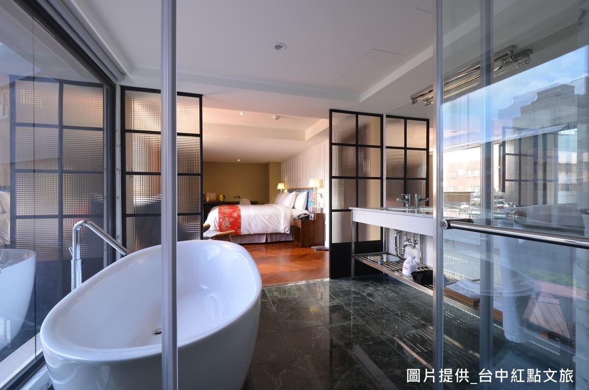 採用花蓮特產的綠色蛇紋石做為衛浴空間地板,融合了現代感與復古時髦風韻。