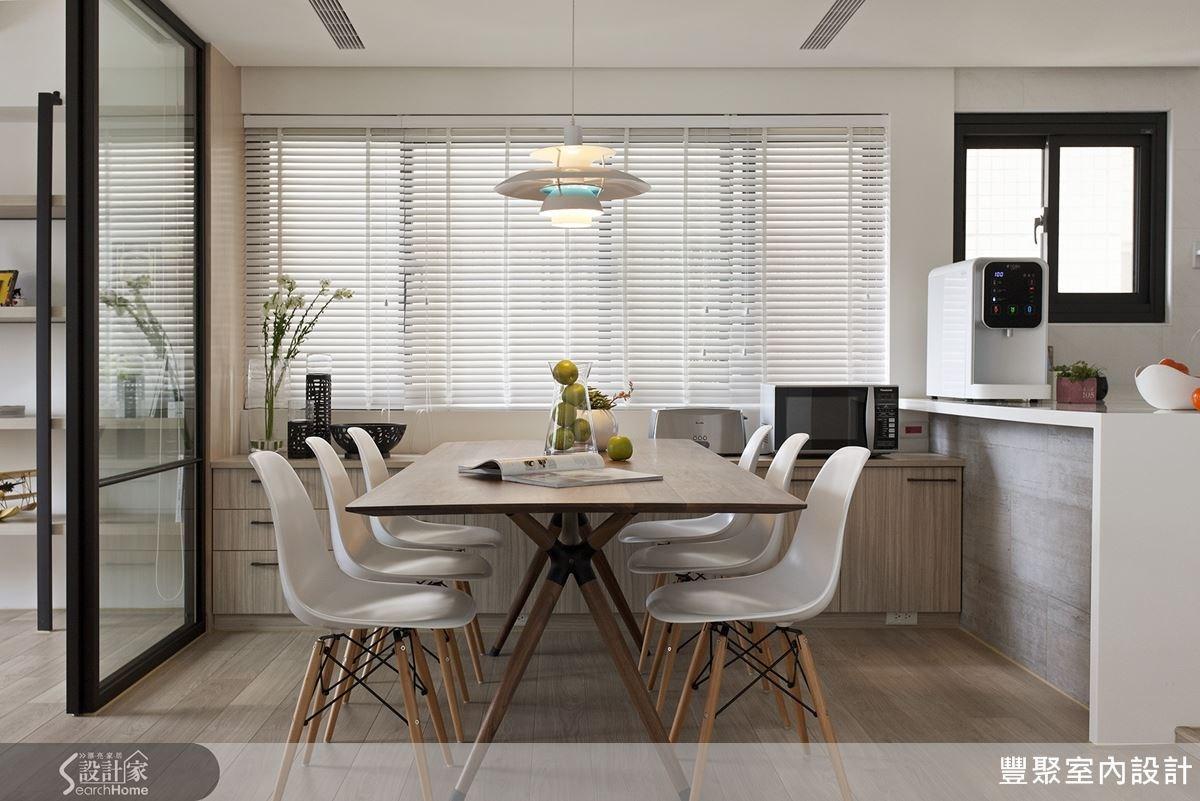 具有北歐特色的復古木板椅、復古造型吊燈、白色百葉簾等,舒適而明亮的用餐空間。