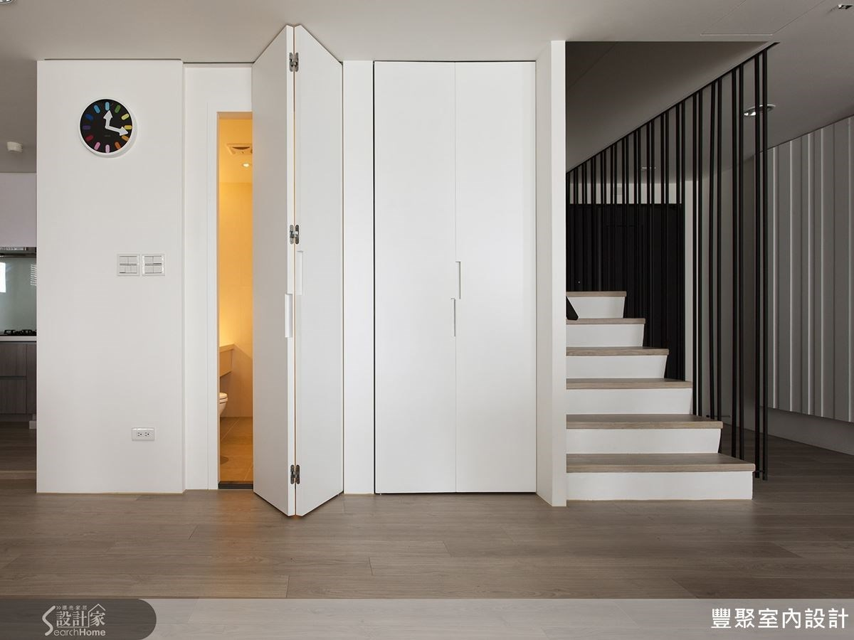 客廳後的雙折門,將客用衛浴和收納空間融入門片,一個特別而好看的隱藏式設計。