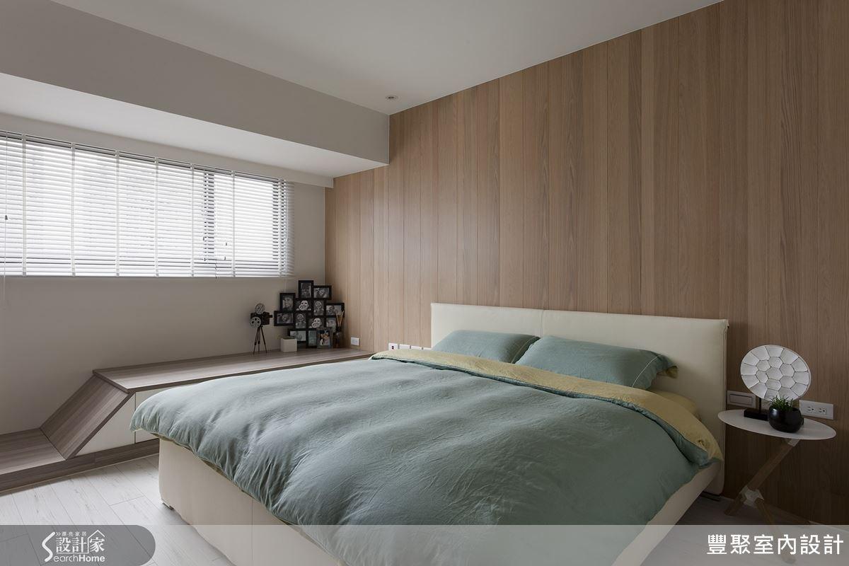 主臥房的扶手櫃也以傾斜方式規劃,把機能與造型合而為一,十分別緻的櫃體設計。