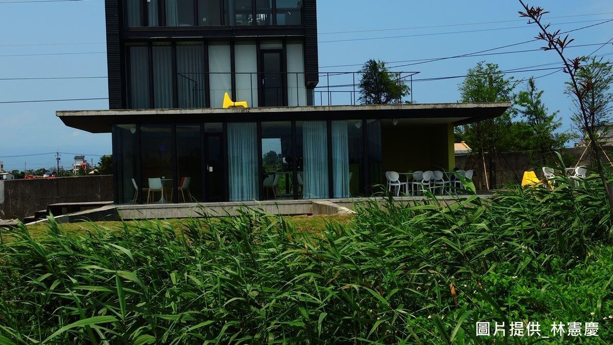 林憲慶建築師選擇在荒地蓋民宿,將當地荒蕪的自然美感引入室內,並為親近土地,盡量縮減占地面積;在開窗設計上,特地採用極大的窗型與極小的窗型做設計,不只飽覽了美景,也透過窗戶懸殊比例來營造空間張力。