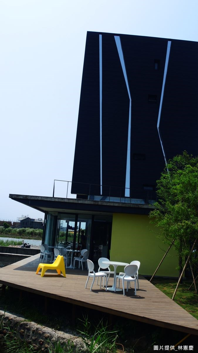 建築體呈現低調的黑色外觀,採用廉價黑鐵皮與鏡面不鏽鋼作為材質,營造出時尚感與視覺張力,並呈現宛如蘆葦搖曳的線性意象,讓建物有向上延伸感。