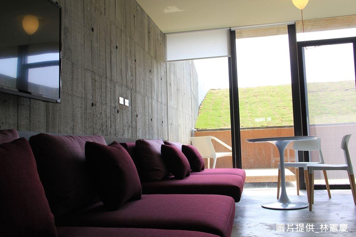 旅客臥房以水泥為主體,營造質樸感,並透過大面落地窗引景入室,刻意不用床架,只為了回歸簡單原始,但在低調設計的同時,卻對寢具品質有所講究,讓人更能專心享受生活的品質。