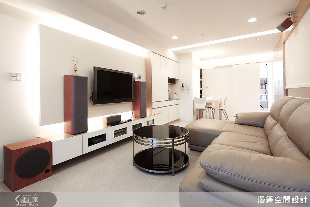 客廳整體也以白色色調作規劃,沒有繁複的裝飾,而是透過適時地留白,營造寬闊的空間感。