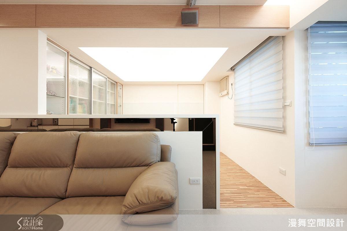 邊角結合茶鏡的設計,讓空間有放大、變得更明亮的效果。