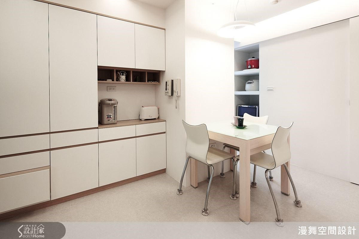 廚房的收納空間也十分充裕,隱藏式的收納設計,相當貼心!