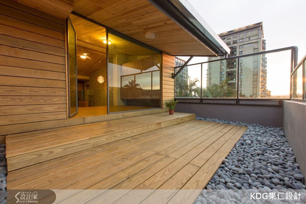 在二樓連接客廳的戶外露台,有著能看到大肚山的好風景,以鐵件和玻璃圍籬,讓視野更加開闊優美。