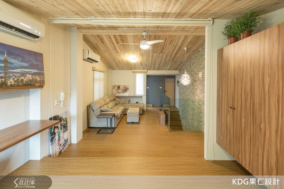 以進口石英磚堆疊出自然感,運用木地板的高低差,提升了空間運用,讓二樓的客廳有著療癒氛圍。