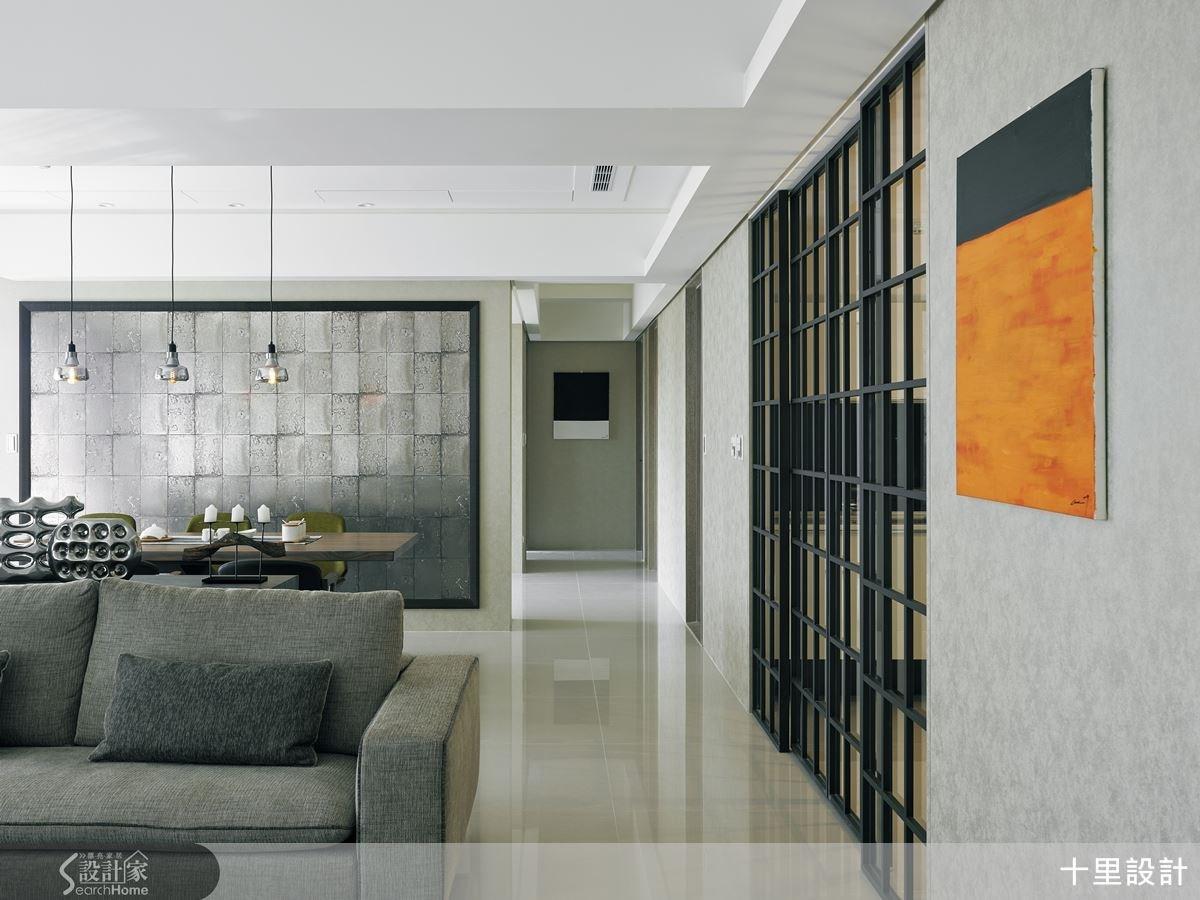 空間牆善用壁紙做妝點,把美感帶入生活中,也呈現讓色系相互呼應的效果。