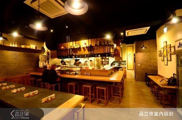 以大量木質為主視覺,搭配上鐵件,烘托出迷人的日式用餐空間。