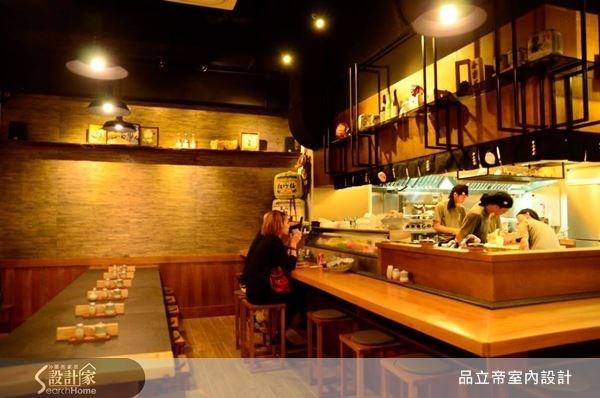 為了善用空間,以層板或是鐵件等設計巧思,來陳設展示日式元素的物件,讓日式禪風更具有畫龍點睛的效果。