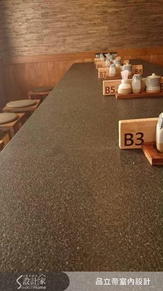 選擇灰色沉穩石材為桌面,長桌的設計,讓動線規劃顯得簡約俐落,也方便顧客行走。