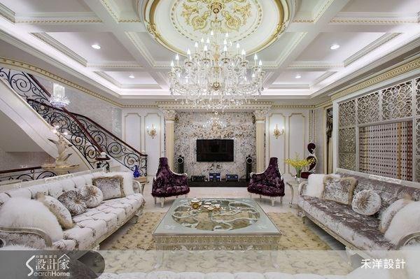 新古典風的空間設計,只要搭配上奢華迷人的傢飾品,像是帶有貴氣感的水晶燈飾,就能點亮華美的客廳質感。