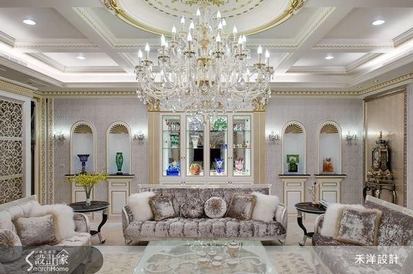 牆面的陳列設計,採用圓拱窗為發想,巧妙將歐風氣息納入空間之中,讓客廳也能結合藝廊的特點。